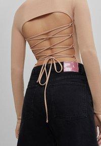 Bershka - MIT SCHULTERPOLSTERN - Long sleeved top - beige - 3