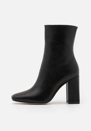 VANEZA - Korte laarzen - black/nude