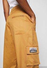 adidas Originals - TRACK PANT - Pantalon cargo - mesa - 3