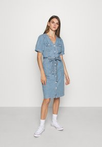 Levi's® - BRYN DRESS - Dongerikjole - light blue denim - 0
