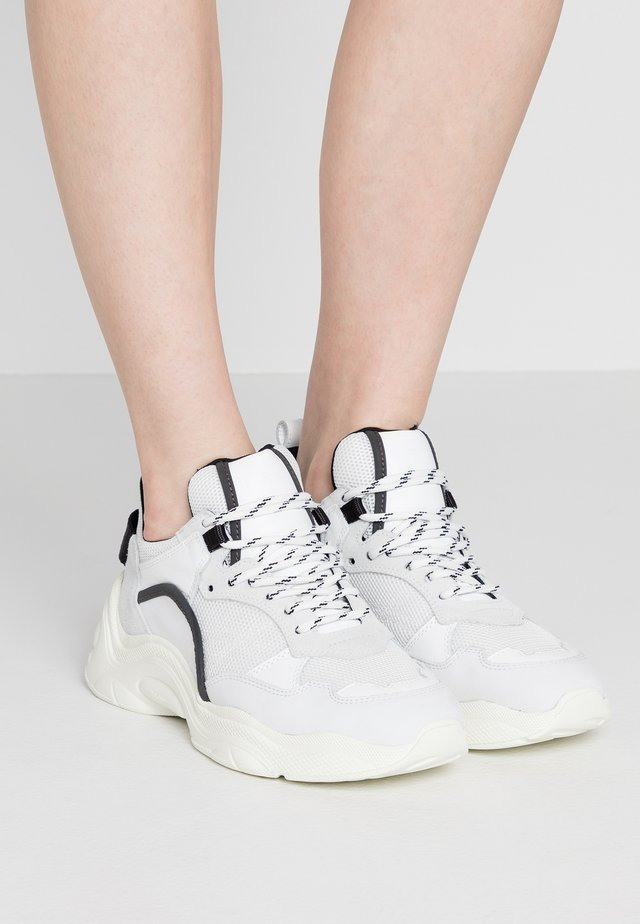 CURVE RUNNER - Sneakersy niskie - white