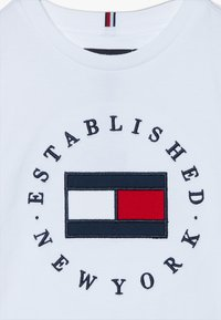 Tommy Hilfiger - FLAG TEE  - T-shirt imprimé - white - 3