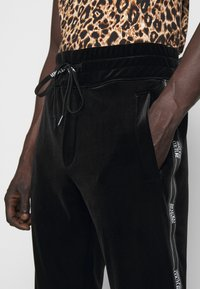 Versace Jeans Couture - MAN TROUSER - Tracksuit bottoms - nero - 8