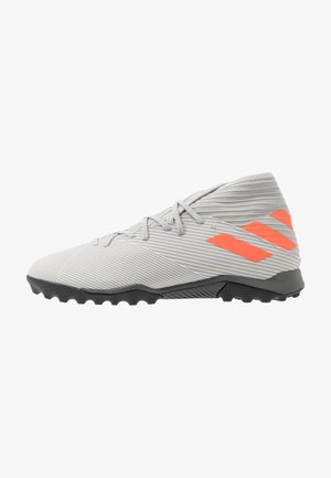 NEMEZIZ 19.3 TF - Astro turf trainers - grey two/solar orange/core white