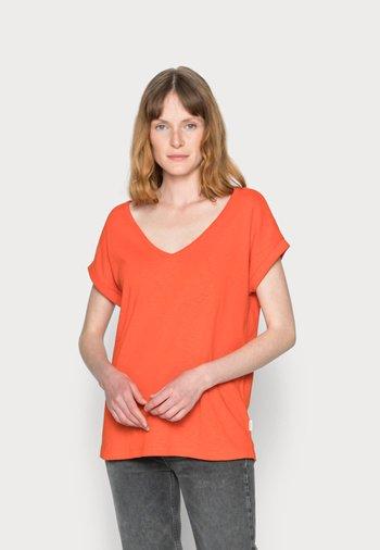 SHORT-SLEEVE WIDE BODYSHAPE V-NECK - Basic T-shirt - fire red
