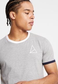 Golden Equation - KENNA - Print T-shirt - grey - 4