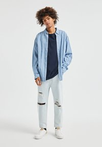 PULL&BEAR - JEANS IM RELAXED-FIT - Slim fit jeans - light-blue denim - 1
