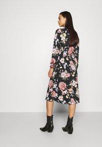 ONLY - ONLLENA FLOWER MIDI DRESS - Žerzejové šaty - black - 2