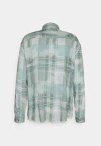 Mennace - FRAYED CHECK SHIRT UNISEX - Button-down blouse - green - 6