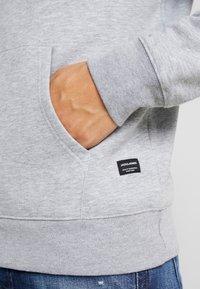 Jack & Jones - JJESOFT  - Jersey con capucha - light grey melange - 5