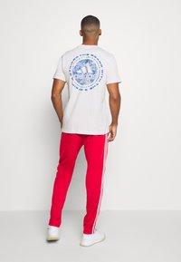 adidas Performance - 3 STRIPES SPORTS REGULAR PANTS - Teplákové kalhoty - scarlett/white - 2