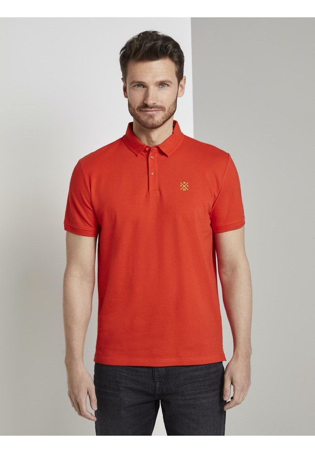 BASIC POLO WITH DETAILS - Polo - grenadine red