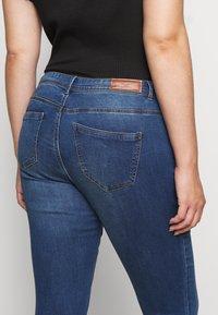 Vero Moda Curve - VMTANYA PIPING - Skinny-Farkut - dark blue denim - 5