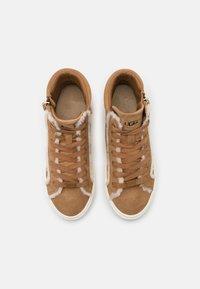 UGG - OLLI HERITAGE - Sneakersy wysokie - chestnut - 5