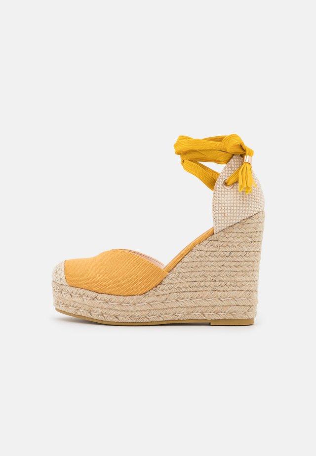 DORIAN - Sandali con tacco - yellow