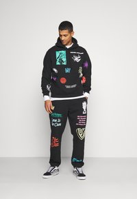 Obey Clothing - TOXIC MIND TOXIC PLANET - Tracksuit bottoms - black - 1