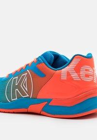 Kempa - ATTACK THREE 2.0 - Obuwie do piłki ręcznej - blue/flou red - 5