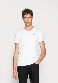 Hollister Co. - 5 PACK  - T-shirt imprimé - white/grey/red/navy texture/black - 4