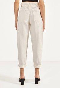 Bershka - MIT STRETCHBUND  - Spodnie materiałowe - beige - 2