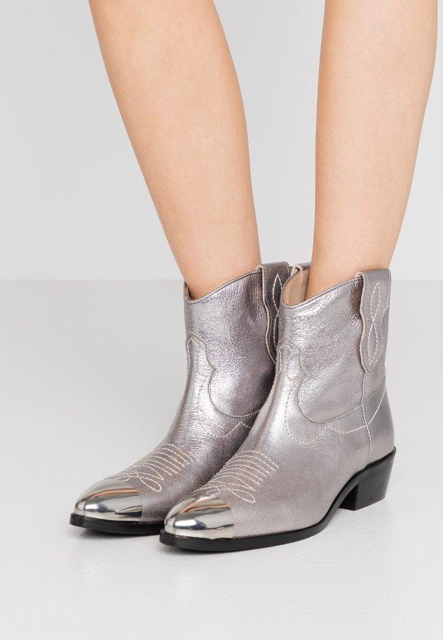 Cowboy/biker ankle boot - argento laminato