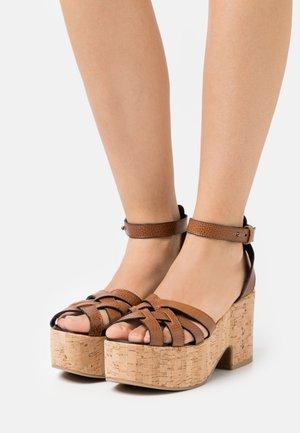 RITO - Sandalen met plateauzool - kamel