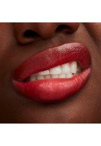 MAC - LUSTREGLASS LIPSTICK - Lipstick - lady bug - 3