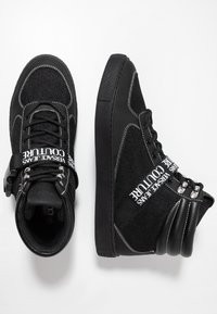 Versace Jeans Couture - FONDO CASSETTA - Sneakersy wysokie - black - 1