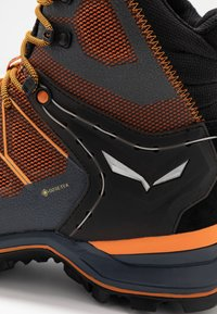 Salewa - MTN TRAINER LITE MID GTX - Hikingschuh - black out/carrot - 5