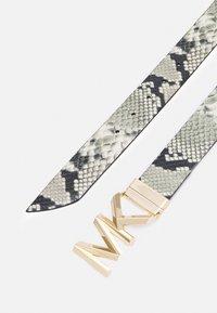 MICHAEL Michael Kors - REVERSIBLE BELT - Cinturón - natural/chocolate/gold-coloured - 1