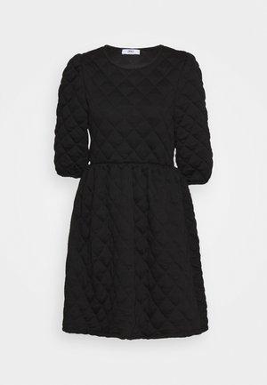 ONLSPIRIT QUILTET DRESS - Žerzejové šaty - black