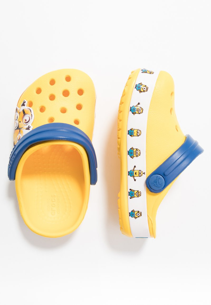 Crocs - MINIONS MULTI RELAXED FIT - Pool slides - yellow