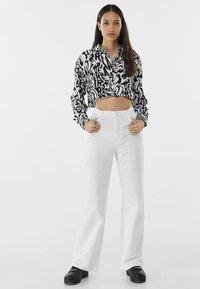 Bershka - Fließende - Flared Jeans - white - 1