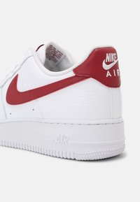 Nike Sportswear - AIR FORCE 1 - Sneakers basse - white/team red - 4