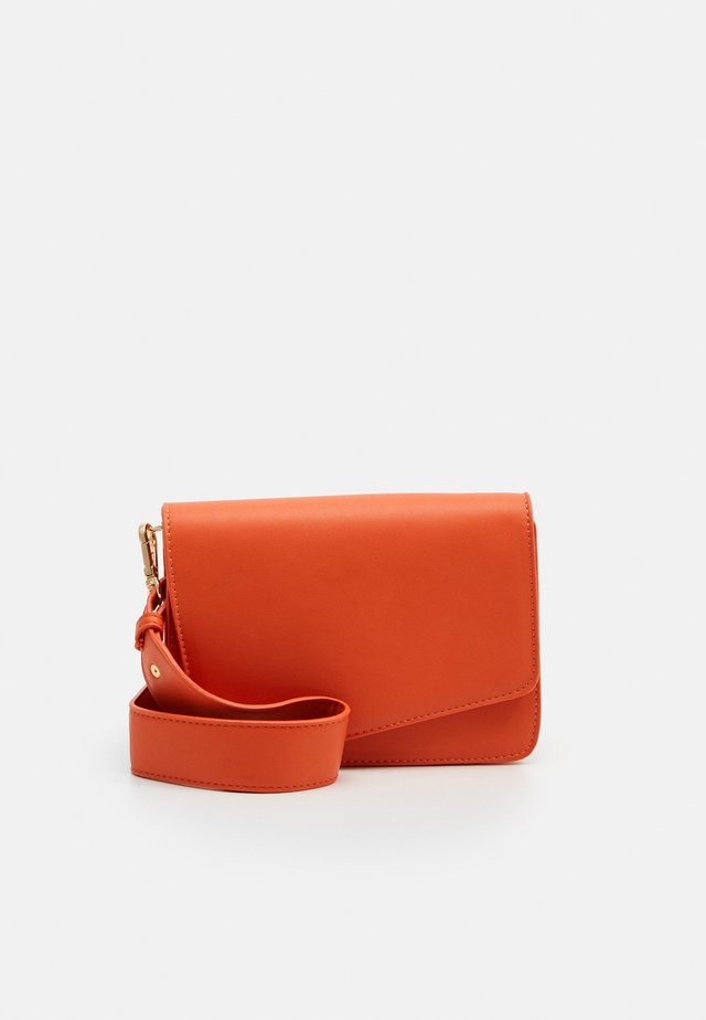 PCDILISH CROSS BODY KEY - Across body bag - orange ochre