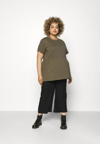 Missguided Plus - PLUS SMOCK - Print T-shirt - khaki - 1