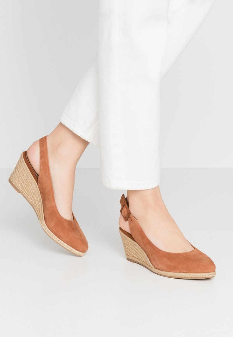 Tamaris - SLING BACK - Wedges - cognac