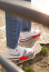 Nike Sportswear - CROSS TRAINER - Trainers - white/light smoke grey/black/bright crimson - 2
