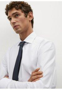 Mango - EMERITOL SLIM FIT  - Formal shirt - weiß - 4