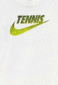 Nike Performance - TENNIS GRAPHIC - Print T-shirt - white/black - 3