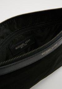 Michael Kors - KENTTRAVEL POUCH - Handbag - black - 6