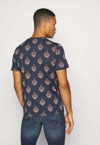 Jack & Jones PREMIUM - JPRRYDER TEE  - Print T-shirt - ombre blue - 2