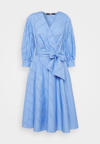 LOGO EMBROIDERED SHIRT DRESS - Robe d'été - bluebell