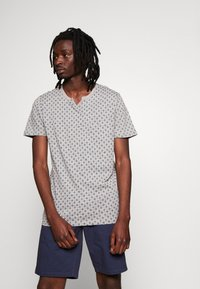 Jack & Jones PREMIUM - JPRBEN SPLIT NECK TEE - Print T-shirt - light grey melange - 0