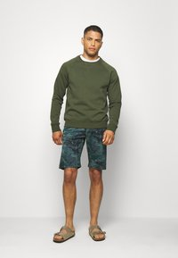 s.Oliver - Shorts - metal green - 1