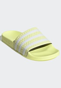 adidas Originals - ADILETTE SLIDES - Badesandaler - yellow - 3