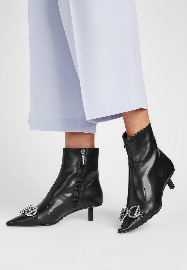 ASHLEY - Korte laarzen - schwarz