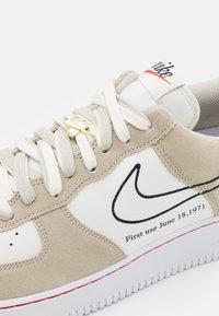 Nike Sportswear - AIR FORCE 1 '07 - Sneakersy niskie - light stone/black/sail/university red/team orange/white - 5