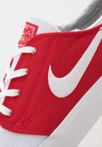 Nike SB - ZOOM JANOSKI UNISEX - Sneakers laag - white/ red/ blue - 6