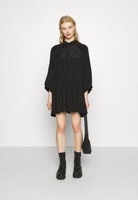 Glamorous - TIERED DRESS - Sukienka koszulowa - black - 1
