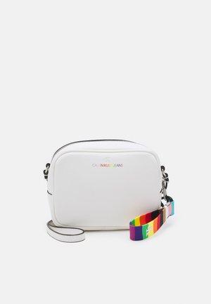 PRIDE SCULPTED CAMERA BAG - Across body bag - bright white